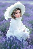 Женщина в викторианском поле лаванды стоковое изображение rf