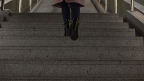 Женщина в модных сияющих ботинках высоко-пятки идя вверх, качество обуви сток-видео