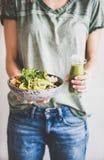 Женщина в джинсах держа здоровые superbowl и smoothie в руках стоковое изображение rf