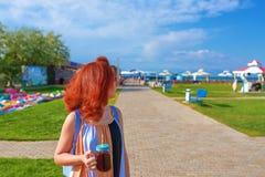 Женщина в smoothies платья выпивая стоковая фотография rf