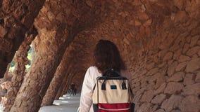 Женщина гуляет внутри изумляя тоннеля в искусственной пещере в дневном времени сток-видео