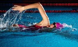 женщина заплывания бассеина Стиль ползания плавая стоковая фотография