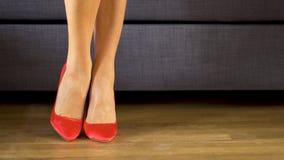 Женщина идет sensually в красные высокие пятки и представляет сексуальные ноги и заминки акции видеоматериалы