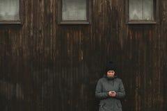 Женщина используя мобильный телефон для отправки текстового сообщения sms стоковые фотографии rf