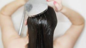 Женщина моет волосы с шампунем в ливне Молодая кавказская женщина моет волосы в кабине ливня сток-видео