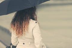 Женщина моды в белом пальто канавы с зонтиком стоковые фото