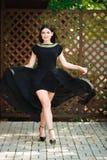 Женщина моды красоты в модном длинном черном выравниваясь взгляде стоковая фотография rf