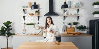 Женщина на кухне стоковые изображения rf