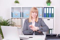 Женщина на офисе имея спешку владение домашнего ключа принципиальной схемы дела золотистое достигая небо к стоковые фото