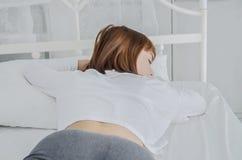 Женщина нося белое платье, она спит стоковые фотографии rf