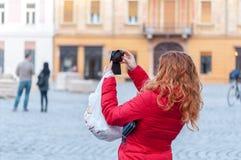 Женщина принимая фото стоковое фото