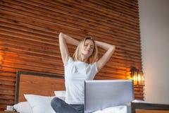 Женщина протягивая в кровати после бодрствования вверх стоковые фотографии rf