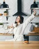 Женщина протягивая на кухне стоковые изображения