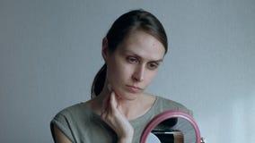 Женщина позаботится о кожа на утре День женщины дома обычный жизни видеоматериал