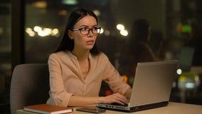 Женщина покрывая уши, раздражанные с шумом в офисе, нервное расстройство на работе видеоматериал