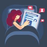 Женщина спит с ее смартфоном в кровати Смартфон интернета или социальная концепция наркомании средств массовой информации - мульт стоковые фотографии rf