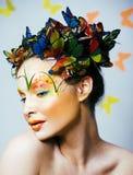 Женщина с летом творческим составляет как предпосылка fairy крупного плана бабочки яркая покрашенная стоковые фото
