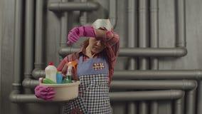 Женщина с поставками чистки чувствуя вымотанный видеоматериал