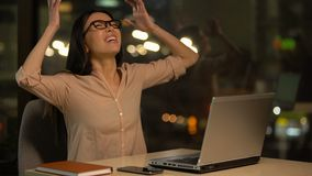 Женщина яростная о неудачном проекте, hysterics на напряженной работе, нервном расстройстве сток-видео