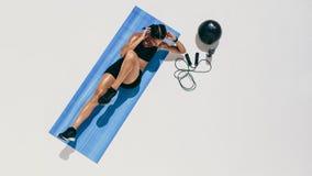 Женщина фитнеса делая разминку на циновке йоги стоковое фото