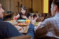 Женщина чувствуя больной пока ел плохую еду в ресторане Клиент обедающего имея плохой опыт чувствуя больной стоковое фото rf