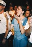 Женщина хвалит бога во время религиозного отступления стоковые фотографии rf