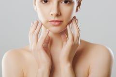 женщина состава естественная cosmetology Красивейшая девушка после ванны касатьясь ее стороне совершенная кожа Skincare стоковое фото