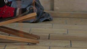 Женщина соткет ткань на тени сток-видео
