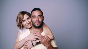 Женщина обнимая ее человека акции видеоматериалы