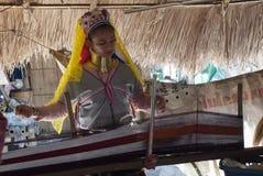 Женщина от племени шеи Карен длинного работая в рынке деревни туристском стоковые фотографии rf