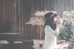Женщины в саде в кофе утра выпивая стоковое изображение
