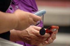 Женщины прочитали SMS стоковое фото