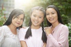 Жизнерадостные женщины различных поколений стоковые фото