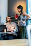 Жизнерадостный бородатый программист говоря с его коллегой стоковое изображение