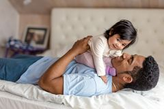 Жизнерадостный заботя папа наслаждаясь временем с ребенком стоковое фото rf