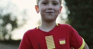Жизнерадостный мальчик ест леденец на палочке сток-видео