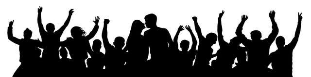 Жизнерадостный силуэт людей толпы Поцелуй молодых пар стоковое фото