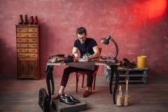 Жизнерадостный чертеж парня что-то на ремонтной мастерской ботинка стоковое изображение rf