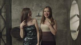 Жизнерадостный coquet женщины flirting в ночном клубе видеоматериал