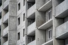 жилой дом Мульти-этажа в заключительных этапах конструкции стоковая фотография rf