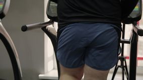 Жирный человек работая на третбане в спортзале видеоматериал