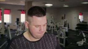 Жирный человек работая на третбане в спортзале акции видеоматериалы