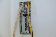 жelectrical箱子包含许多终端、中转、导线和开关 免版税库存照片