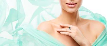 Забота кожи красоты женщины, модельная шея губ стороны и плечи на белизне стоковые изображения