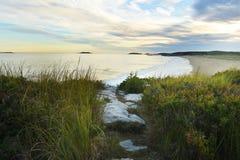 Завоевание Атлантического океана Взгляд от дикого побережья к пляжу и островов в расстоянии на заходе солнца Мейн США reid стоковое изображение rf