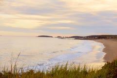 Завоевание Атлантического океана Взгляд от дикого побережья к пляжу и островов в расстоянии на заходе солнца Мейн США reid стоковые фото