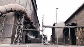 Завод для изготовления химикатов загрязнение окружающей среды упаковывая снаружи сток-видео