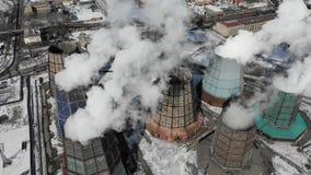 Загрязнение, загрязнение, концепция глобального потепления Дым и пар от промышленной электростанции сток-видео