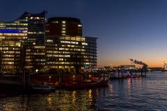 Загоренное здание вечером в квартале HafenCity, Гамбурге, Германии стоковые изображения rf