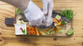 Зажаренные рыбы с овощем в ресторане продукта моря Соус повара шеф-повара лить на зажаренных рыбах со свежим овощем на деревянном акции видеоматериалы